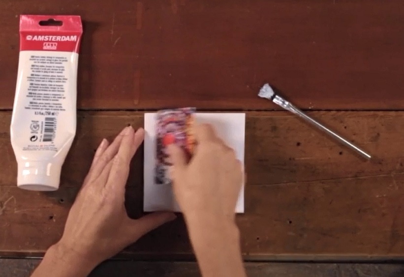 возьмите пластиковую карточку  и гранью карточки продолжайте разглаживать белую поверхность фотографии
