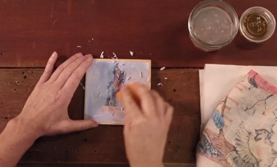 продолжая время от времени смачивать спонж, начинайте стирать катышками мокрую бумагу с изображения