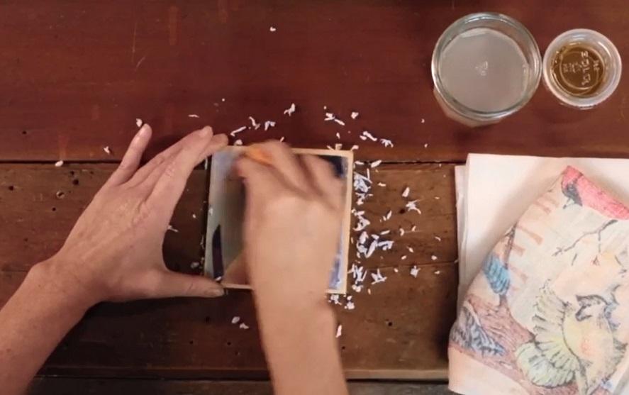 скатывайте влажную бумагу с перенесенного на дерево изображения до конца