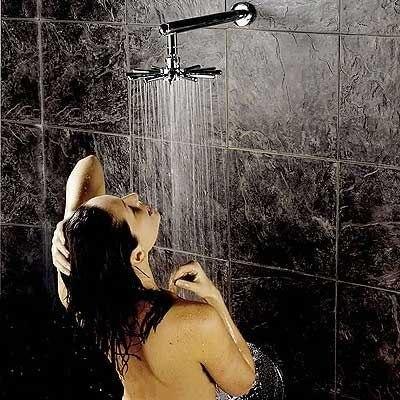 Молодая спортивная девчонка просто принимает душ  165081