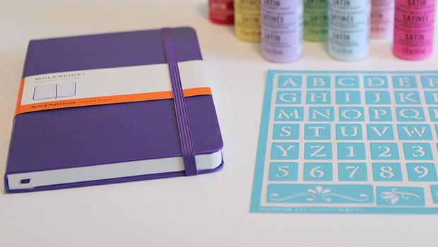 Для начала возьмите простую книжку-основу под журнал: без украшений, с разлинованными страницами, но без дат и прочего