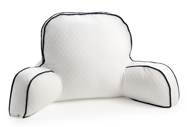 Чтобы подушка получилась интереснее, можно, например, между швами делать вставки из ткани или лент по всему периметру