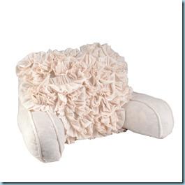 Чтобы подушка получилась интереснее, можно, например, обшить подушку спереди рюшами