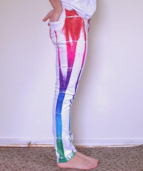 Готовые белые джинсы-гранж, раскрашенные в цвета радуги своими руками