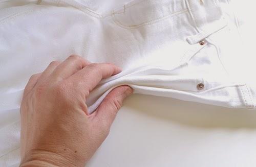 С любого удобного бока начинайте складывать джинсы гармошкой