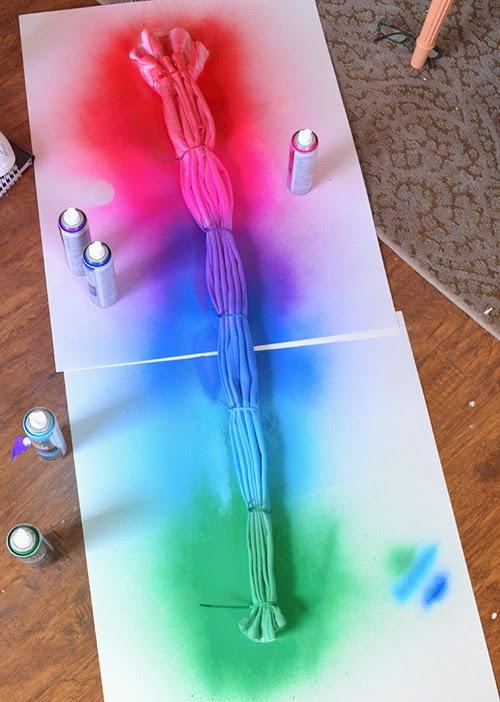 начинаем красить джинсы, памятуя, что между цветами не надо делать промежутков