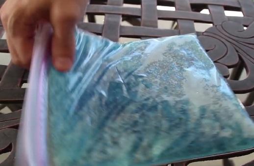 Желе стоит положить в герметичном пакете на ночь в морозилку, чтобы оно не текло