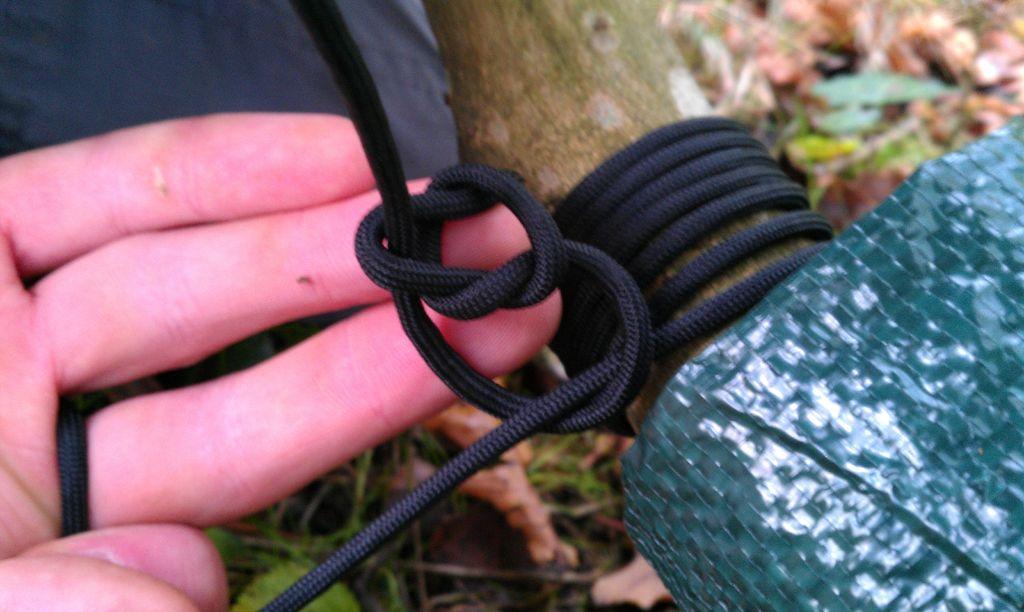 ...затем вторую петлю, которая пойдет вокруг конца веревки от дерева...