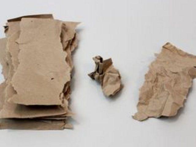 Руками порвите коричневую бумагу на куски с нарочито неровными краями, но достаточно широкие и длинные