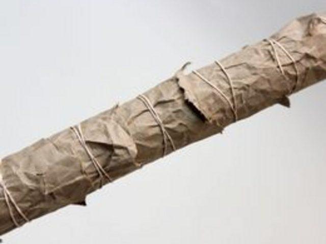 Обернутую бумагу фиксируйте на стволе резинками или тонкой коричневой веревкой. Веревку и резинки кладите с большими расстояниями между витками