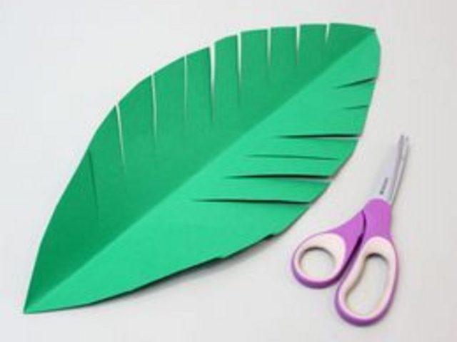 По бокам листьев сделайте много глубоких диагональных разрезов (бахрому) почти до срединного сгиба