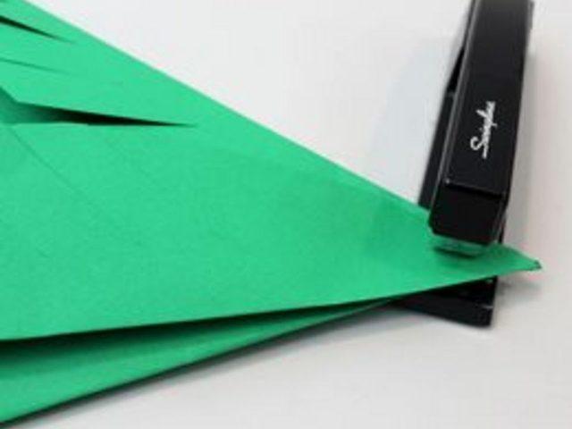 Сложенные кончики скрепите 2-3 раза степлером