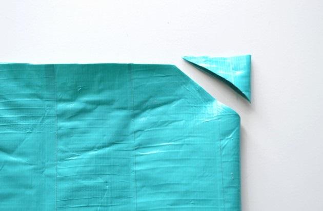 На сгибе от верхнего края отрежьте треугольник, чтобы у корсета спереди получилась форма сердца