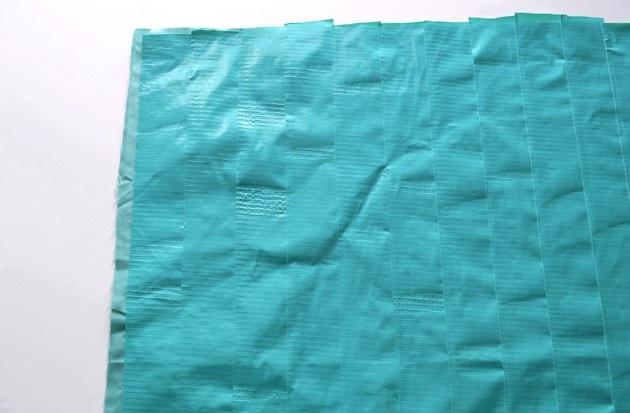Оклейте снова ткань цветной липкой лентой