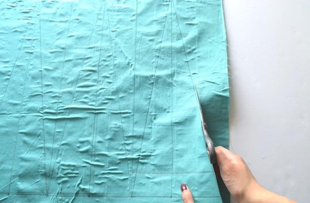 Вырежьте треугольники-«лепестки» для юбки из липкой ленты и простыни