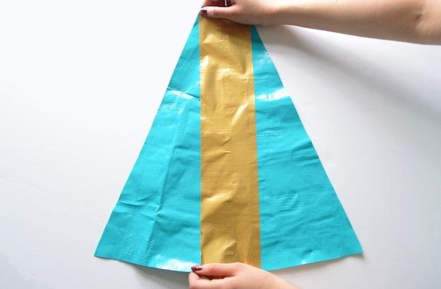 четверть золотой полоски с противоположной стороны клеим на край второго бирюзового треугольника