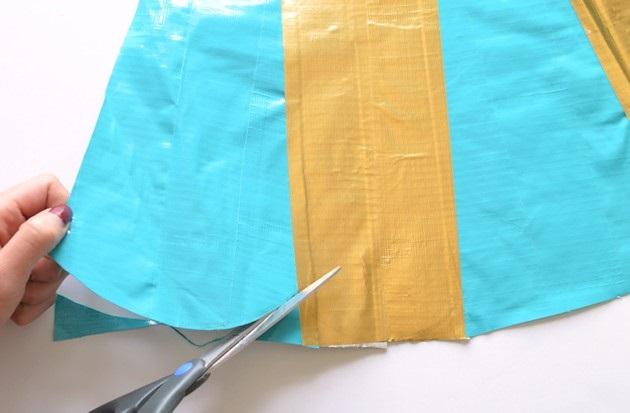 Обрезаем край юбки по наметкам