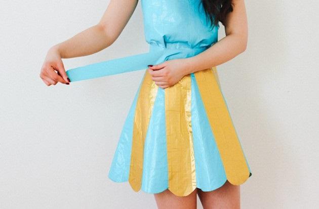 Затем оберните юбку вокруг бедер и на талии ровно приклейте ее горизонтальной полоской бирюзового скотча в 2 слоя
