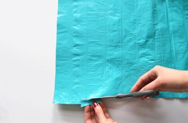 От верхнего и нижнего краев прямоугольника сделайте отступы 1,3-1,9 см и ровно обрежьте эти края