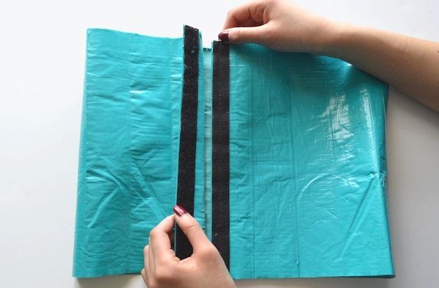Вторую часть липучки пришейте ко второму вертикальному краю прямоугольника, но уже с лицевой стороны будущего корсета