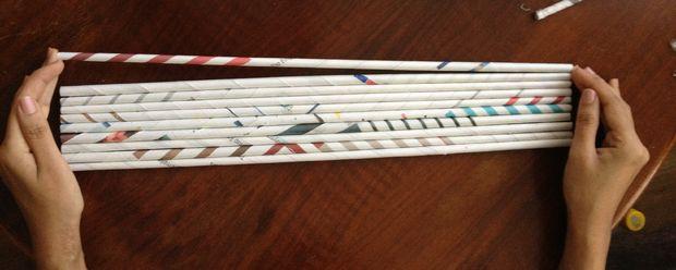 Склеиваем трубочки: возьмите около 10 длинных трубочек и нанесите клей на их боковые стороны