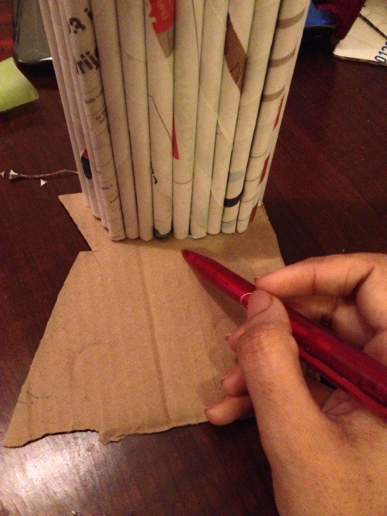 Одну боковину полки из длинных и коротких трубочек поставьте основанием на картон и обведите ручкой