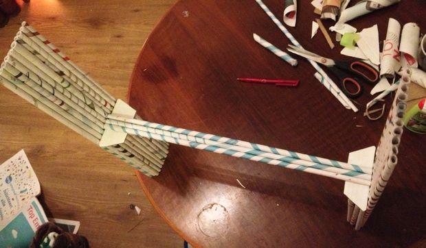 возьмите еще 2 длинных трубочки и точно таким же способом приклейте их по бокам от первой трубочки