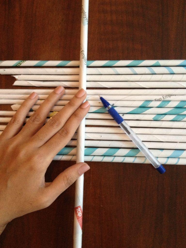 Ровно сложите трубочки в ряд, еще одну отдельную трубочку положите на один конец ряда перпендикулярно ему, сделайте пометки ручкой