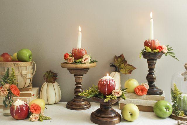 Красиво подобные свечи в свежих яблоках смотрятся в окружении овощей и фруктов, а также свежих и сухих растений, а также на длинных подсвечниках