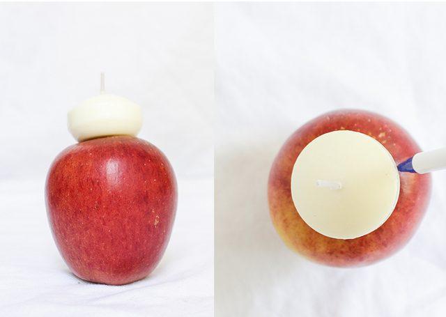 Удаляем черенок яблока и ставим на фрукт сверху по центру плавающую свечу (или «чайный» аналог). Обводим свечу по периметру.