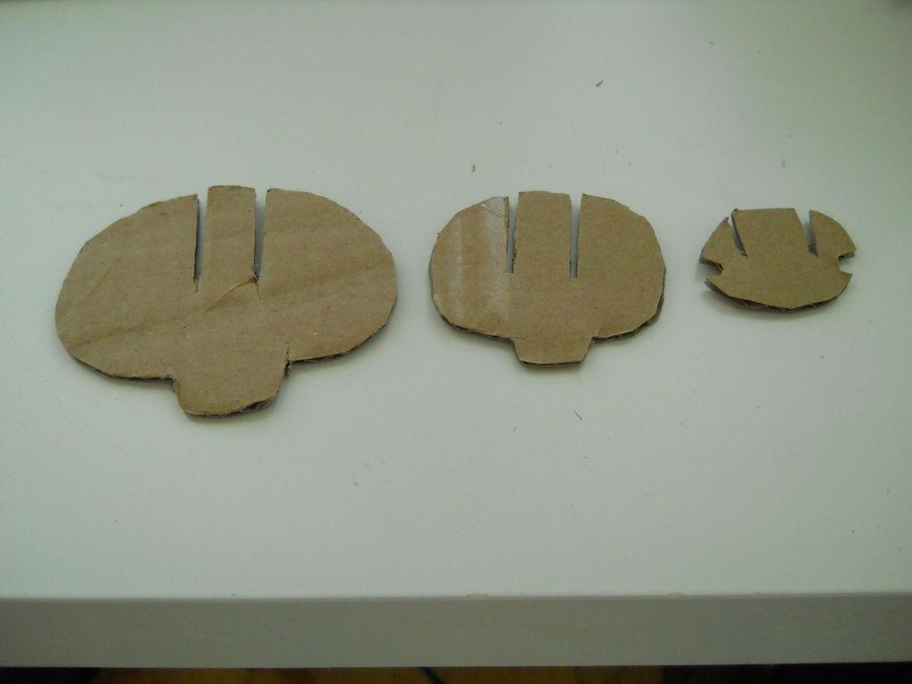 Далее сверху делаем прорези-слоты также до середины высоты деталей
