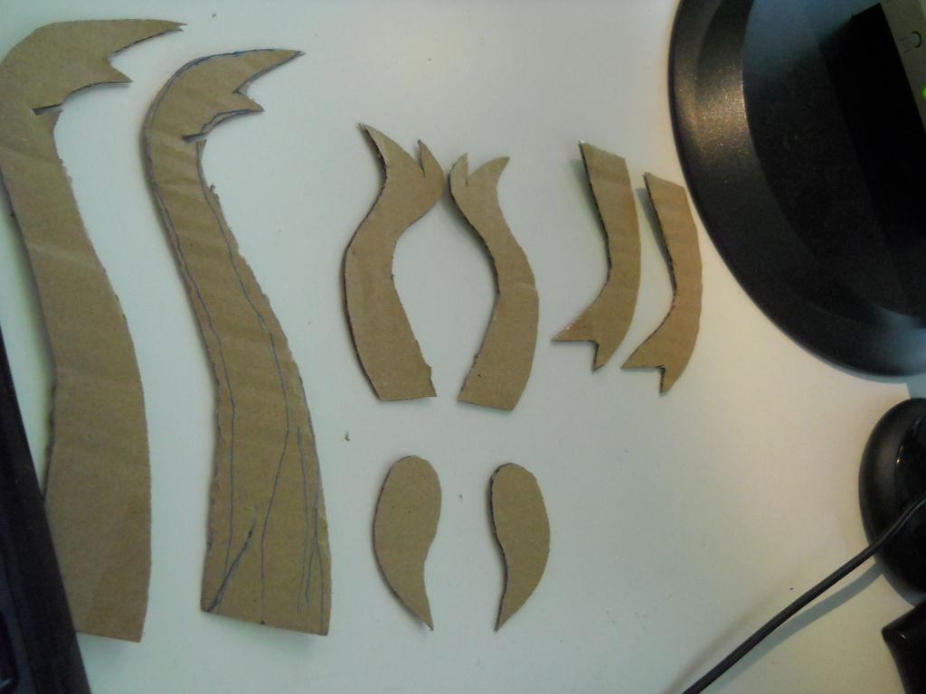 вырезаем из картона рога и уши для объемной головы оленя