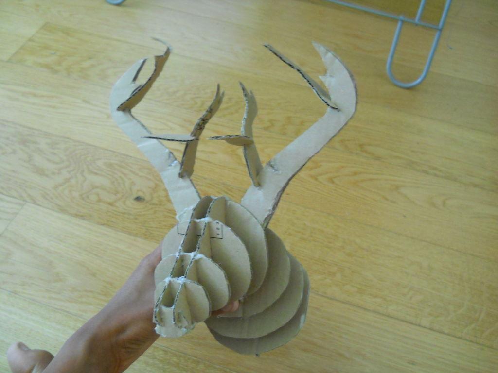 Далее сажаем на клей более мелкие детали в разрезы-слоты крупных профильных рогов согласно принципу на снимке