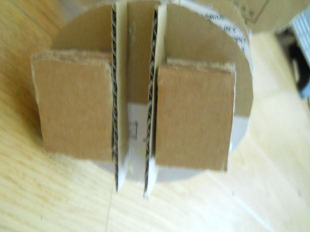 Клеим стопки на свои места на тыльной стороне последней перпендикулярной детали - справа и слева от профильных деталей