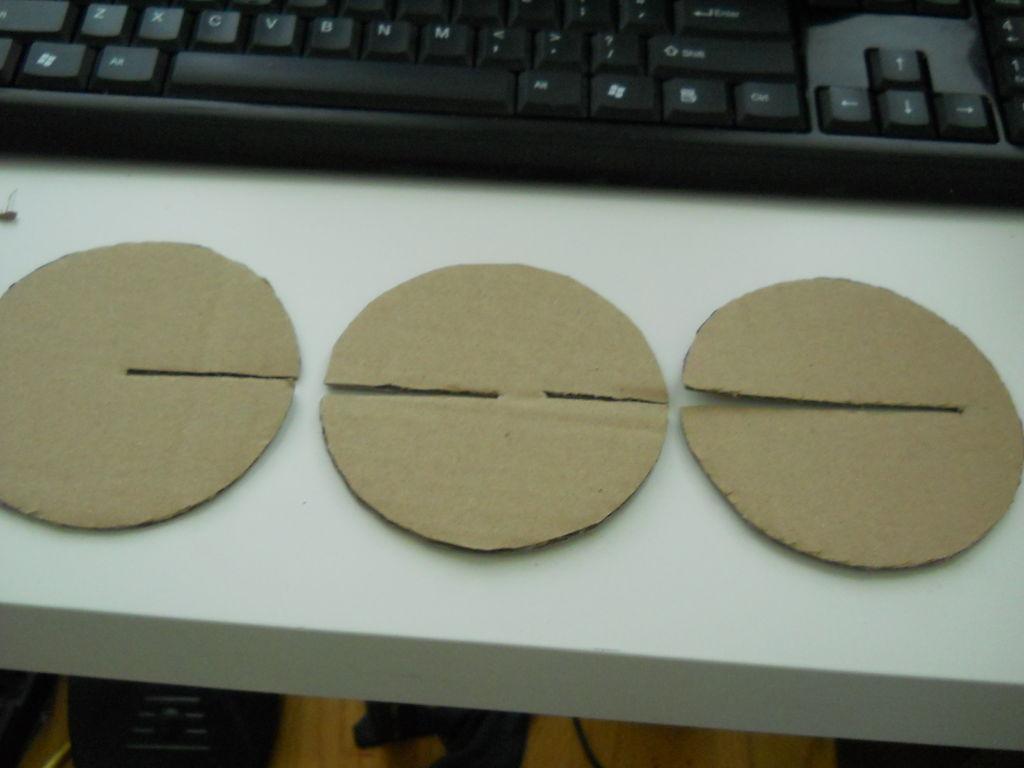 Врезаем 3 круга, прорезаем в них в соответствующих местах слоты для соединения деталей