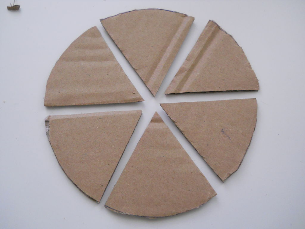 круг из картона делим на 6 равный частей и клеим вырезанные «уголки» перпендикулярно профильным деталям по центру