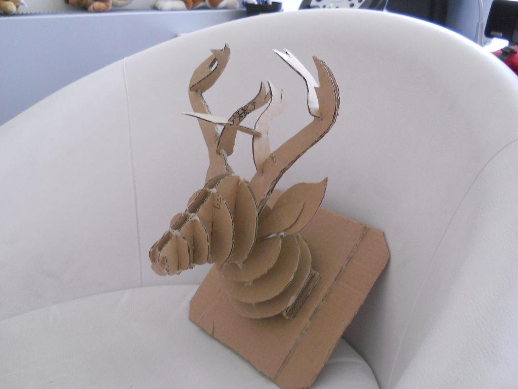 Клеим голову оленя по центру последней формы-«дощечки»