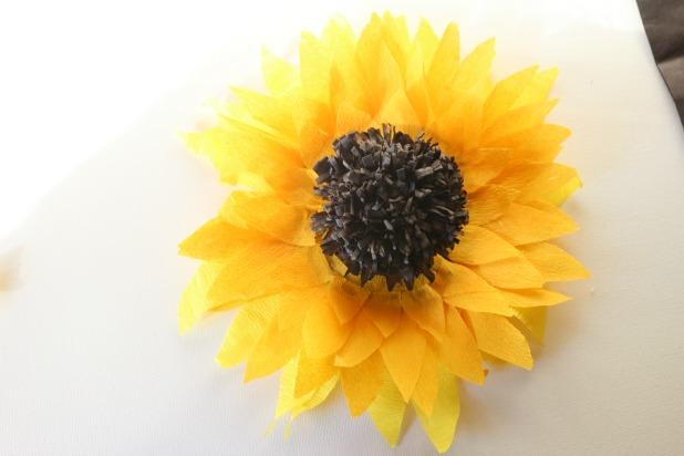 Приклейте всю конструкцию в центр цветка