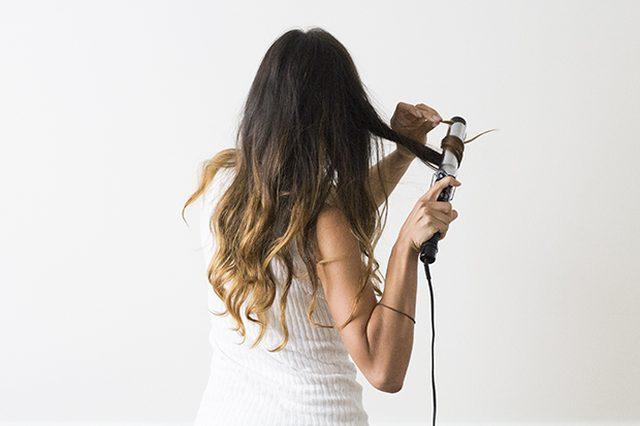 С небольшим количеством дополнительного продукта для укладки, нанесенным от середины волос и до кончиков, подвиваем пряди щипцами