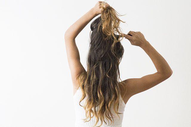 Делаем пробор посередине или сбоку. Отделяем верхнюю секцию волос и взбиваем ее руками или расческой.