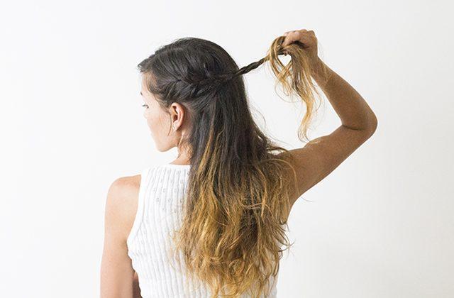 По бокам заплетаем свободные тонкие горизонтальные косы, захватывая новые волосы сбоку по мере продвижения плетения