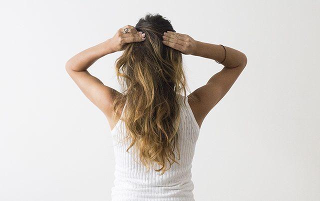 Берем большие боковые секции волос и перекрещиваем их сзади – но не перекручиваем!