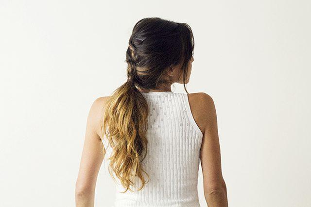 Затем собираем волосы в хвост посредине головы или в низкий хвост