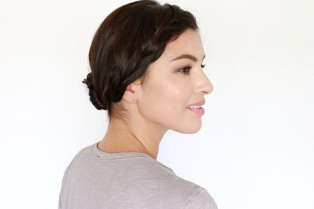 Как грамотно и легко уложить несвежие волосы в современную прическу - низкий шиньгн с косой