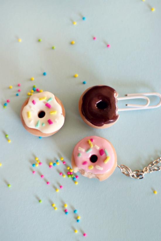 готовые реалистичные пончики из полимерной глины: декоративная закладка на прищепке, кулон/шарм и просто пончик