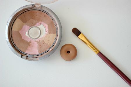 тенями для век покрасьте пончик из глины по всей поверхности