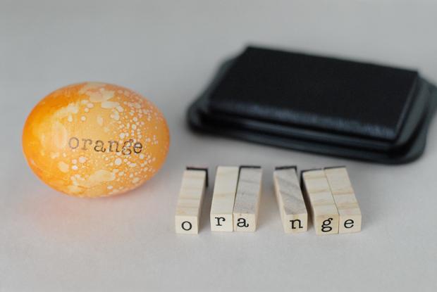 надписи на яйцах при помощи штампиков - апельсин