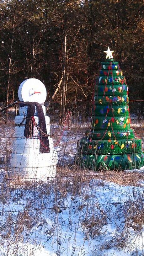 Из шин складывают новогодние елочки