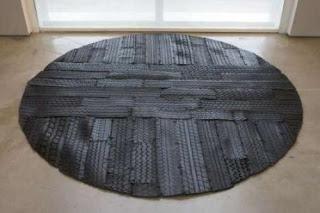 Из обрезков шин склеивают отличные придверные коврики