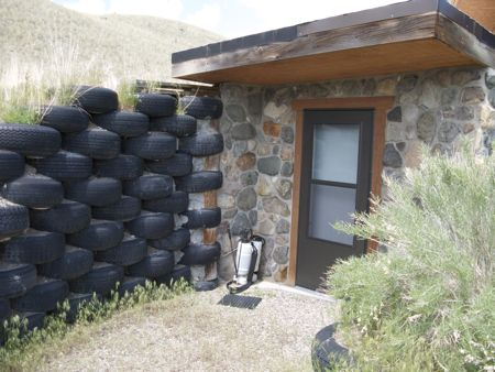 выложенными в шахматном порядке шинами зачастую укрепляют склоны осыпающихся холмов или делают массивные заграждения, ставя целые стены